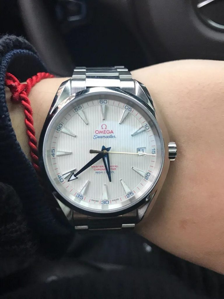The movement can be viewed through the transparent caseback.