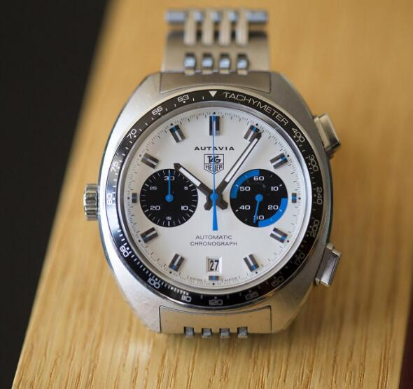 The blue hands are striking and fresh on the white dial, meanwhile, forming a optimum legibility.