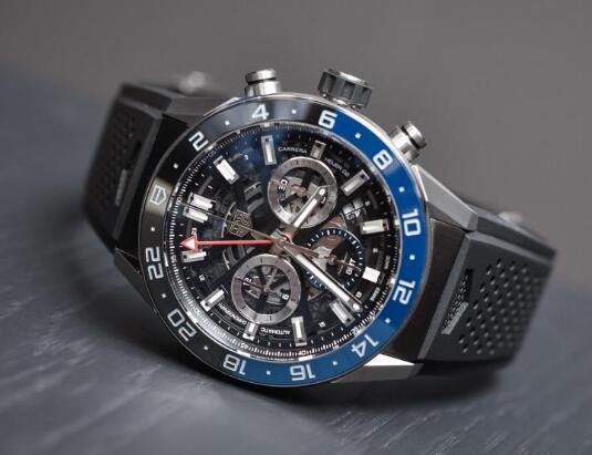 The timepiece presents the close relationship with the racing sport.
